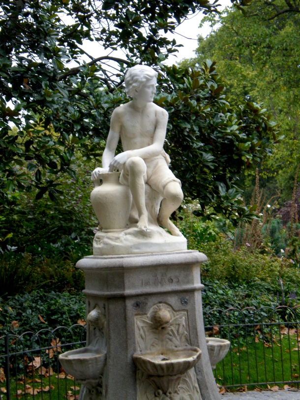 boy-and-vase-statue-london